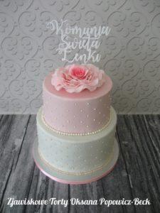 Tort dwupiętrowy z kwiatem róży