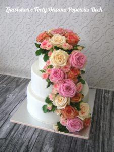 Tort z masą i różami